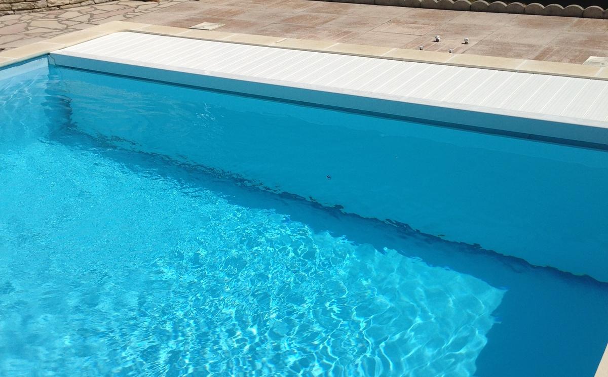 Couverture lectrique de piscine rideau de piscine lectrique for Piscine sur mesure