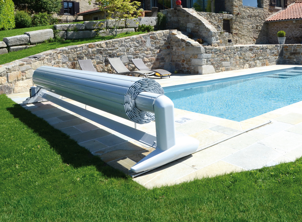 Volet de piscine mobile protection de piscine amovible for Installation volet roulant piscine hors sol