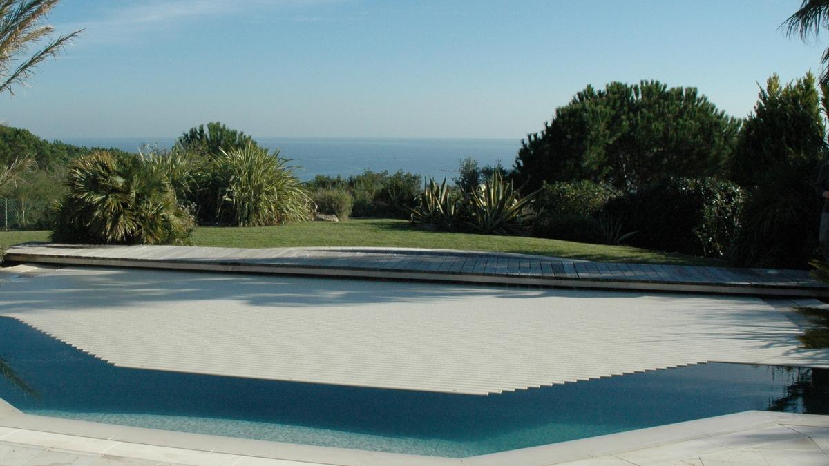 Couverture lectrique de piscine rideau de piscine lectrique for Piscine coque grande taille