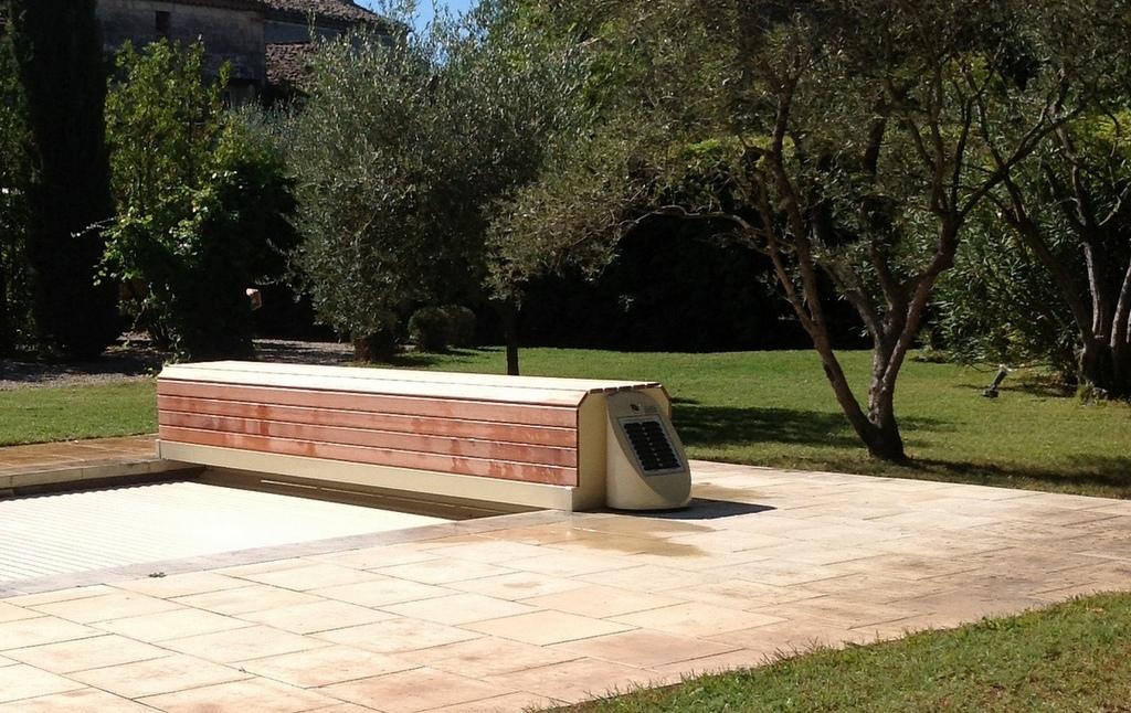 Couvertures piscine automatiques rideau de piscine lectrique for Couverture piscine bois