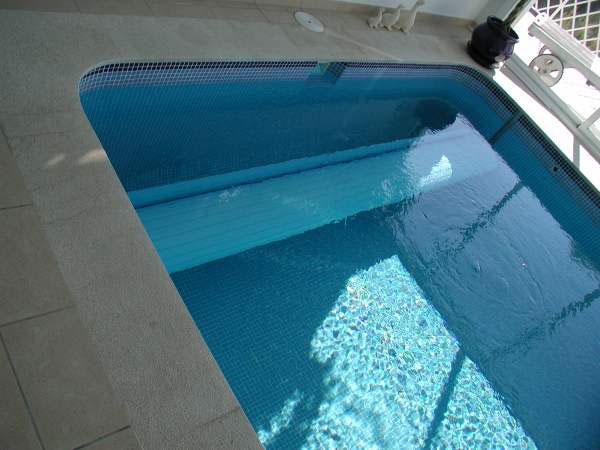 couvertures piscine automatiques rideau de piscine lectrique. Black Bedroom Furniture Sets. Home Design Ideas