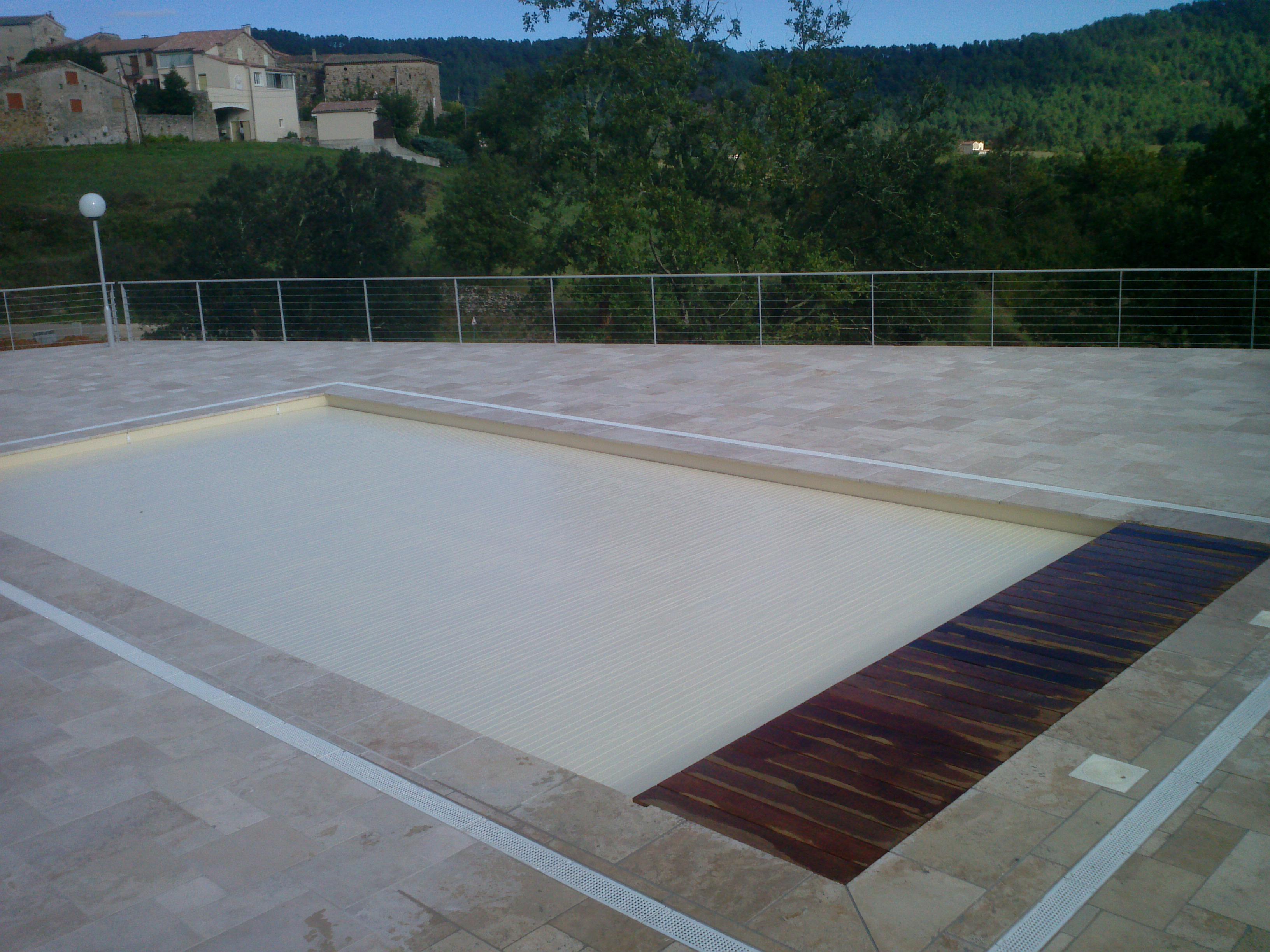 Couvertures piscine automatiques rideau de piscine lectrique for Prix piscine sur mesure