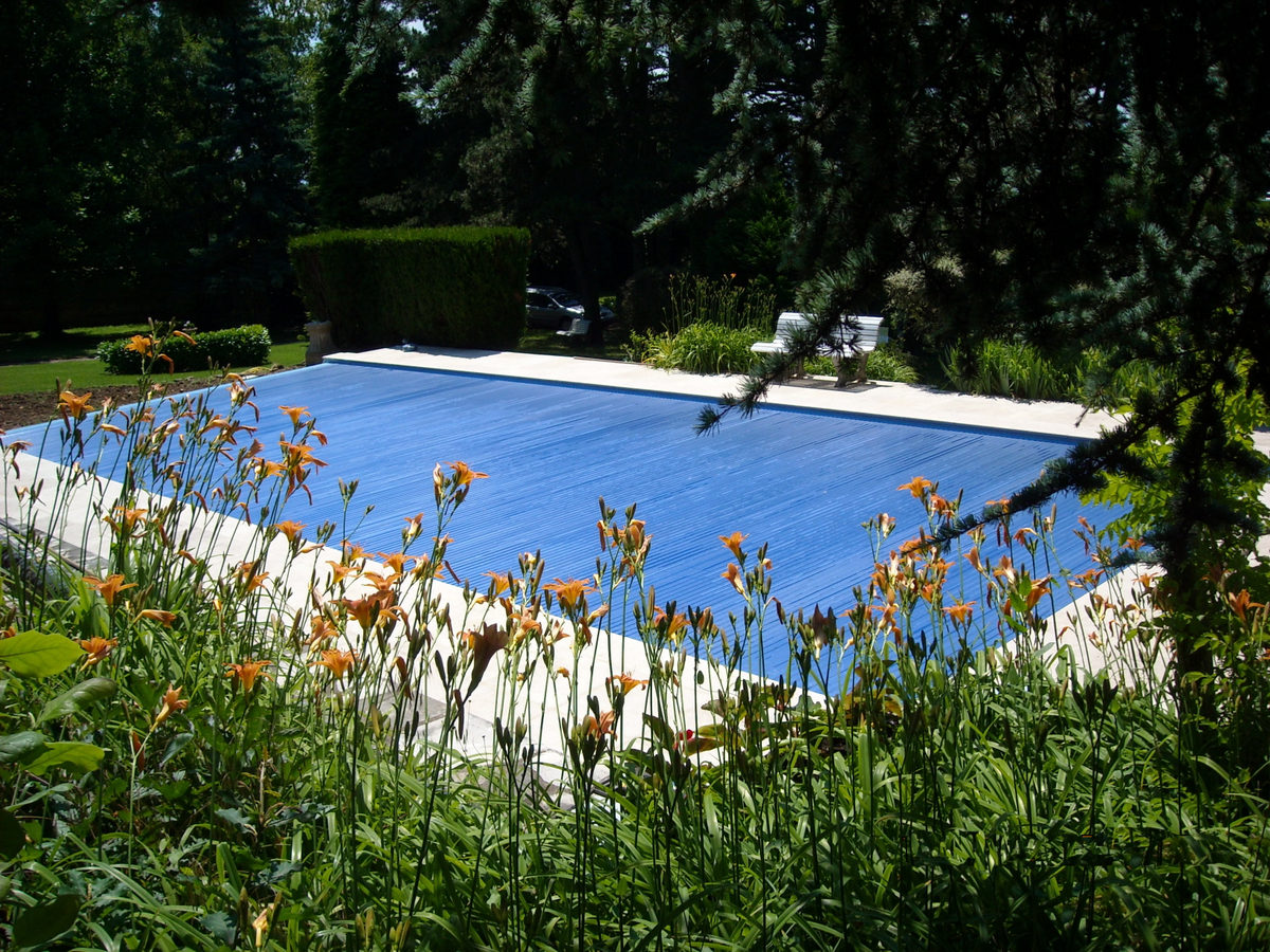 Couvertures piscine automatiques rideau de piscine lectrique for Volet piscine immerge fond de bassin