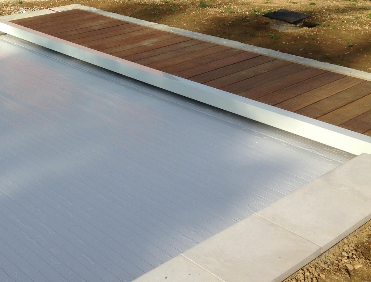 Couvertures piscine automatiques rideau de piscine lectrique for Prix volet immerge piscine 8x4