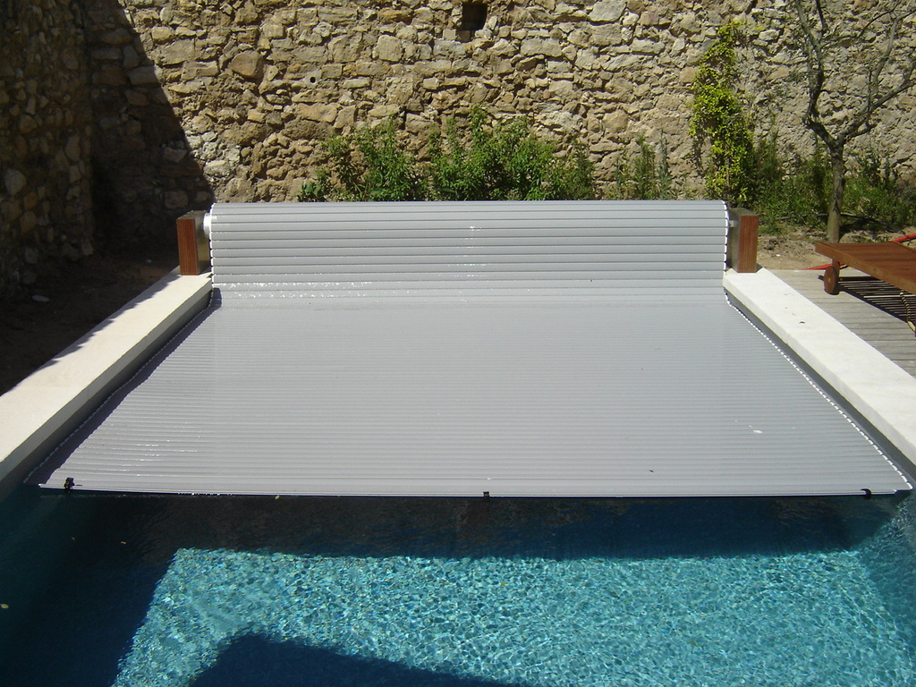 Stores piscine volet hors sol de piscine couverture de for Piscine gonflable 2m