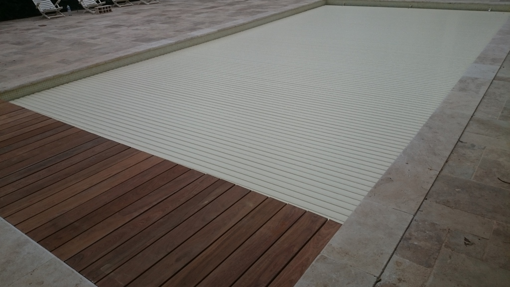 Volet de piscine immerg immerg roulant coverline for Piscine hors sol wood grain